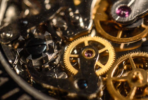 Manchmal sind die wichtigsten Dinge ganz unspektakulär: Uhrwerk mit Schaltrad (links).